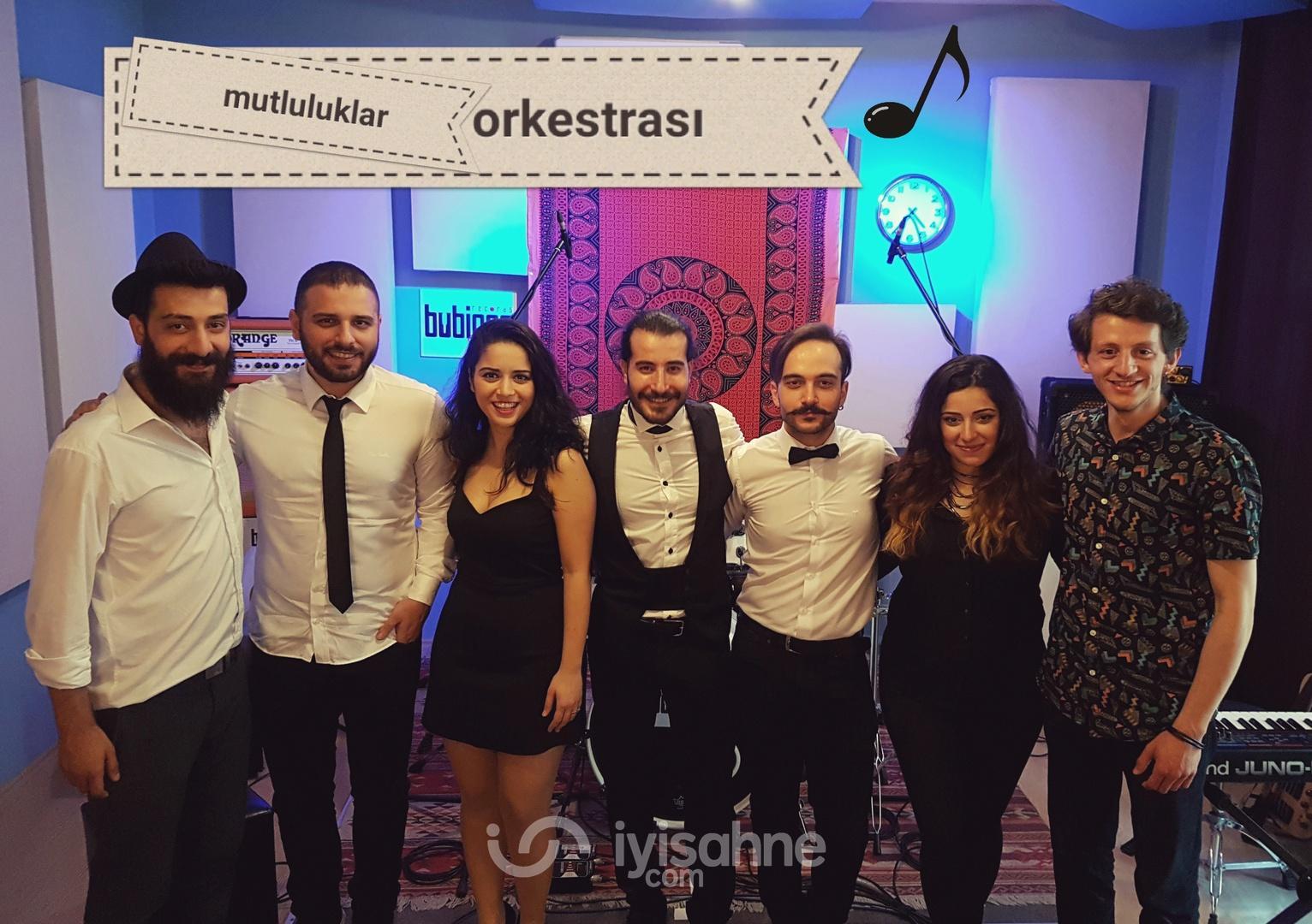 Bestem Yuvarlak (vokal)                                                 Ozan Kama(vokal)                                                 Özgür Pazarlı (klarnet)                                                 Berkay Yolcu (gitar)                                                 Miray Gedikli (bas gitar)                                                 Emrah Çokünlü (klavye)                                                 Arda Uyar (davul)